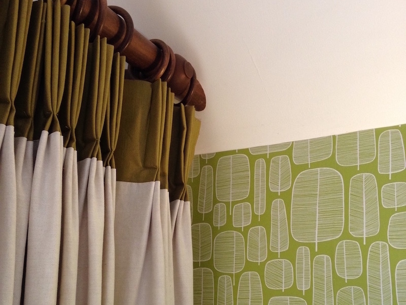 Spring fresh curtain/wallpaper combination